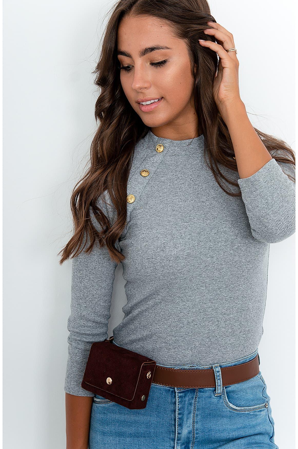 Prążkowana bluzka z guzikami przy dekolcie